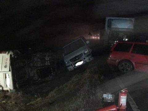 Hat autó ütközött a köd és a jeges út miatt, két személy megsérült