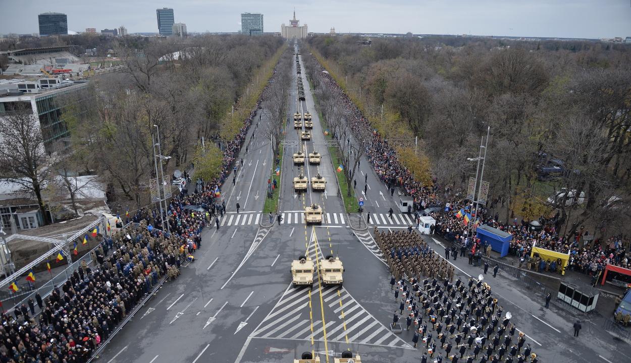 Katonai felvonulásokkal, díszrepülésekkel és kulturális műsorokkal ünnepelték december elsejét