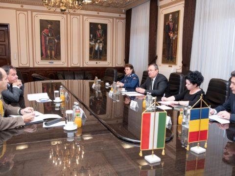 A román védelmi miniszter a bukaresti magyar nagykövettel egyeztetett