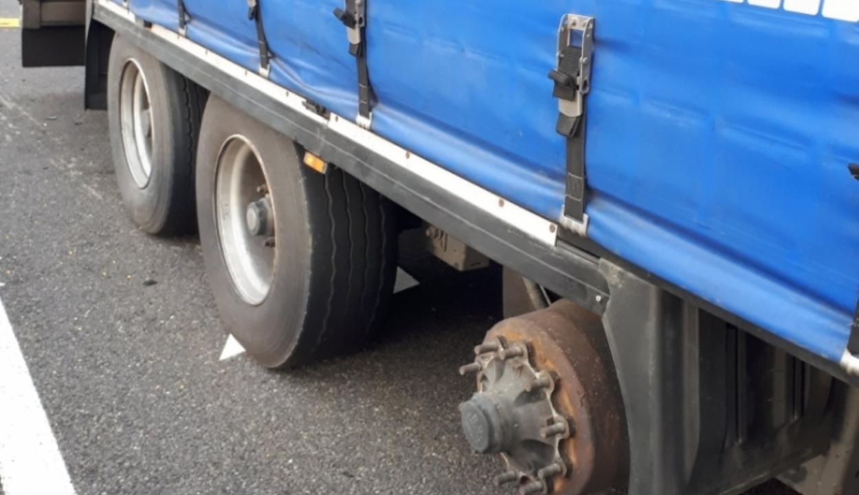 Szó szerint hiányzott egy kereke a román kamionosnak