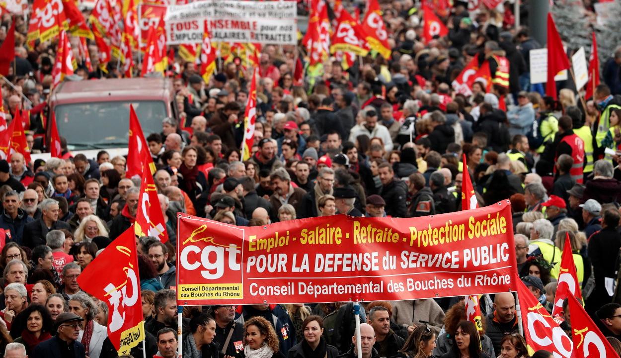Több mint félmillióan tüntettek a nyugdíjreform ellen Franciaországban