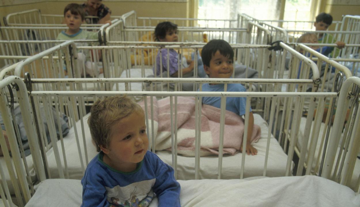 A gyermekkori tartós szeretethiány csökkenti az agy méretét