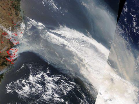 Körbeszállja a Földet az ausztráliai tűzvész füstje