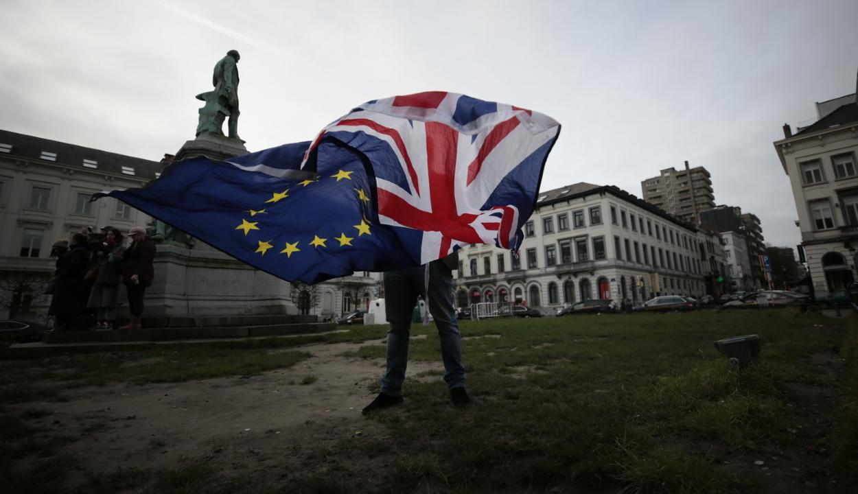 A brit parlament előtt egyesek szomorúan, mások ünnepelve várják a Brexit pillanatát