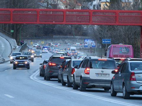 Elkezdődött a hétvégi torlódás: kocsisor alakult ki a Prahova völgyében