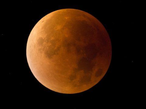 Részleges holdfogyatkozás lesz ma este