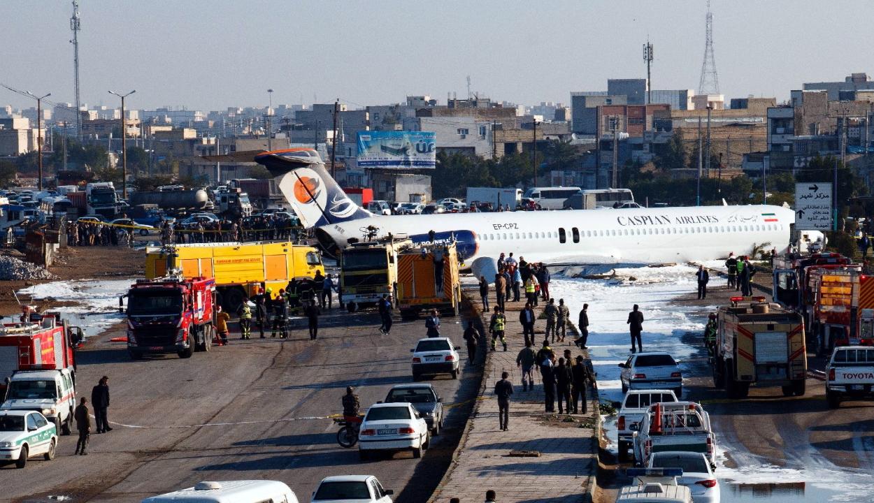 Az utcán állt meg egy utasszállító repülőgép Iránban