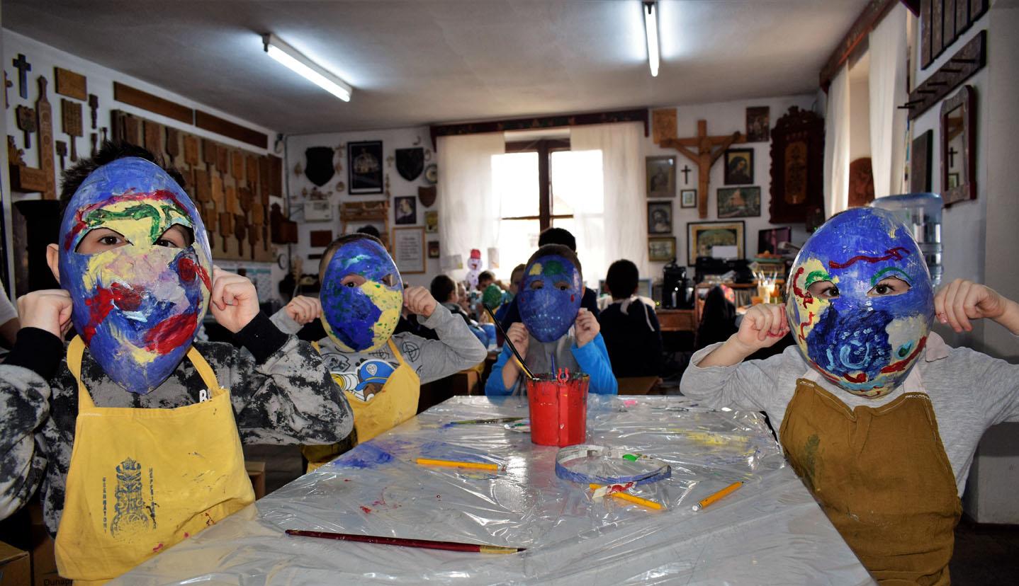 Maszkások a múzeumban