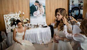A menyasszonyiruha-bemutatóra készülődve. Micsoda gyönyörűség ez a lányoknak!