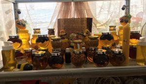 Előállított mézek szépen sorban elrendezve