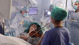 Hegedűn játszott agyműtéte közben egy brit nő