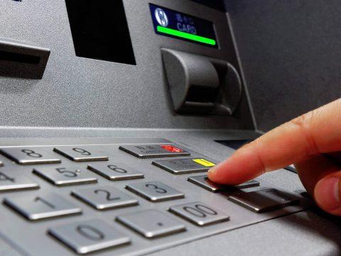 Robbantással raboltak ki egy bankautomatát Sinaián