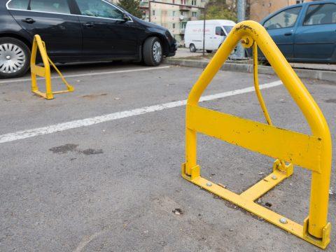 Sepsiszentgyörgy Önkormányzata újabb licitet szervez a lakónegyedi parkolók bérbeadására