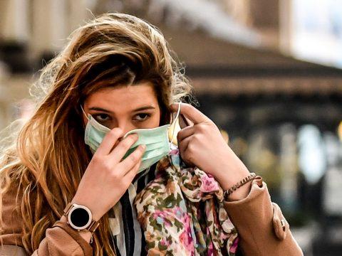 Vela: ha egy fertőzött személy szájmaszk nélkül tüsszent, büntetőjogi felelősségre vonható