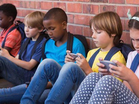 A gyerekek egyharmada jobban érzi magát az interneten mint offline