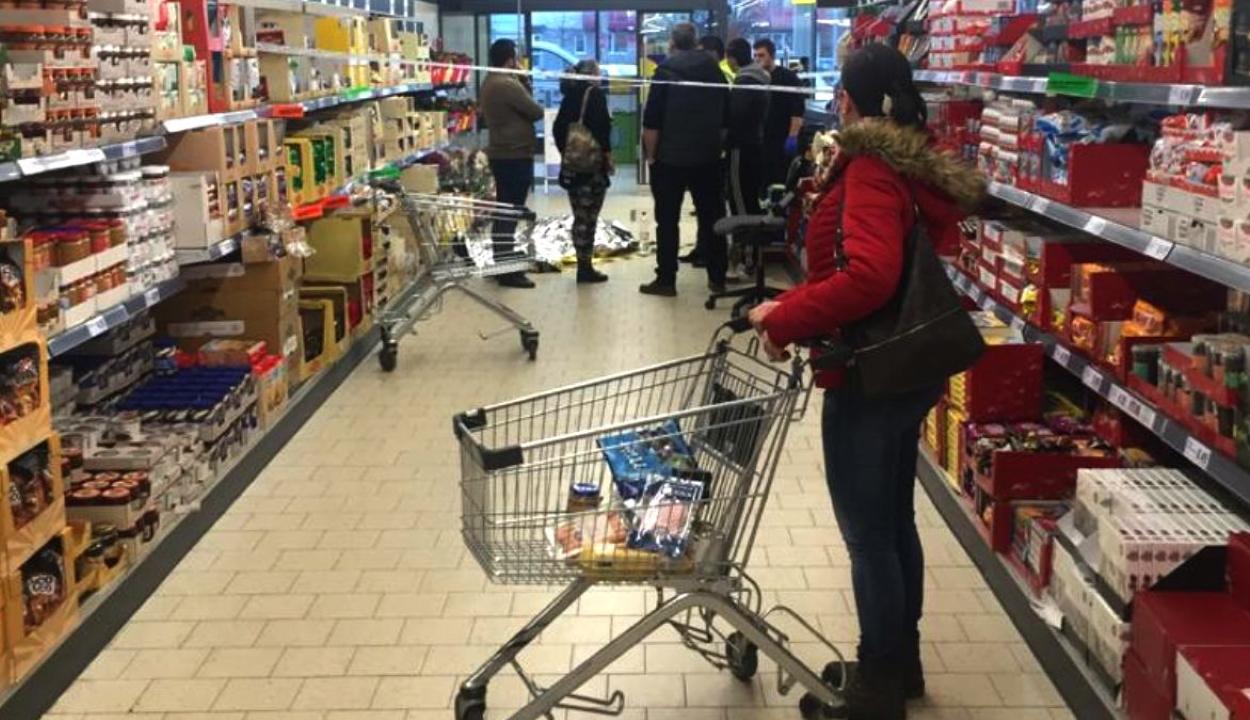 Egy halott férfit kerülgettek a vásárlók egy temesvári szupermarketben