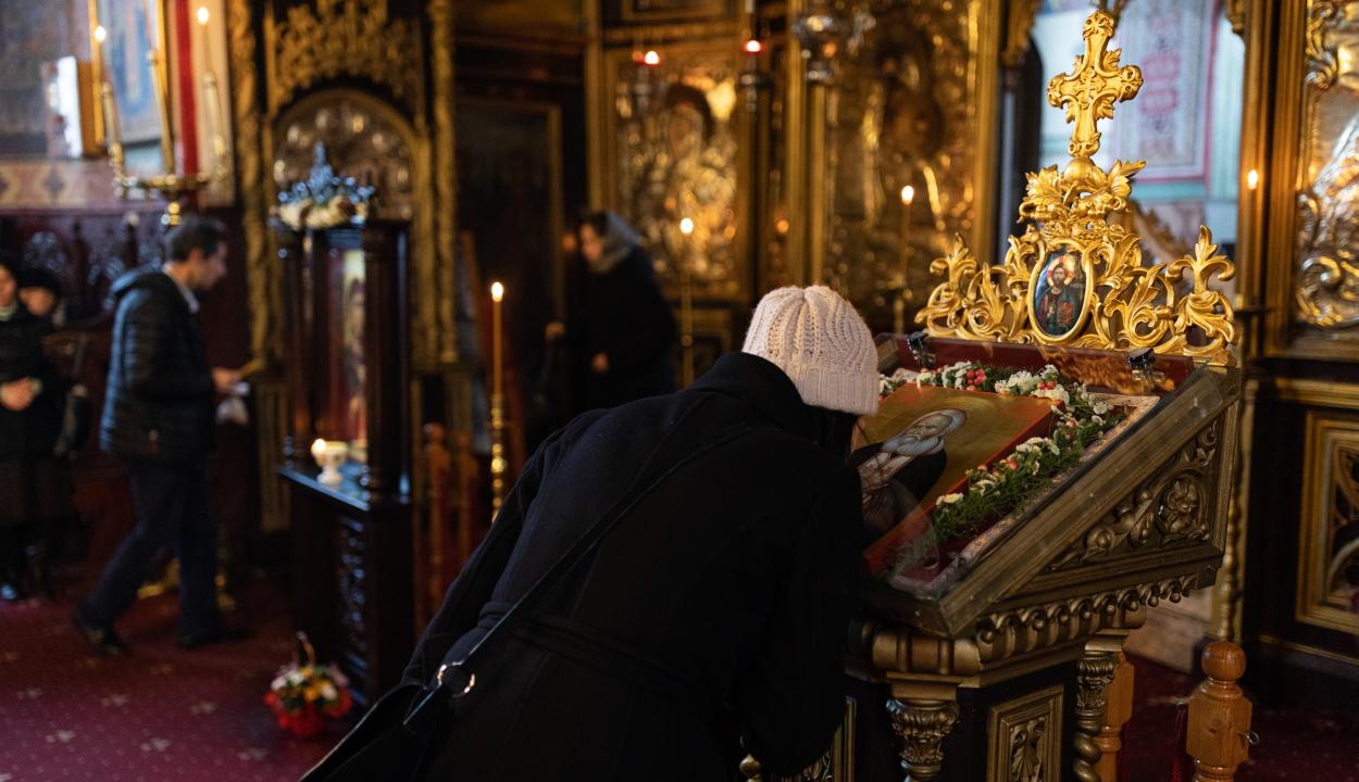 Koronavírus: az ortodox egyház ideiglenesen eltekint az ikonok csókolgatásától