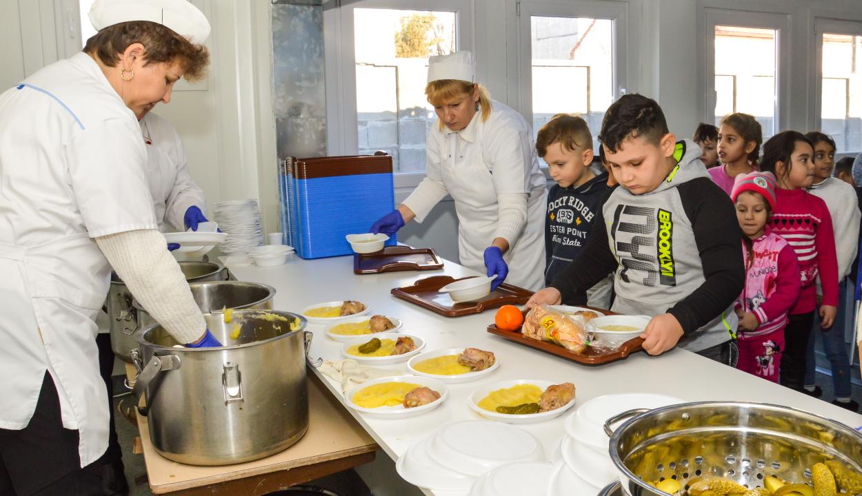 Több mint 65 ezer gyerek vesz részt a Meleg ebéd programban