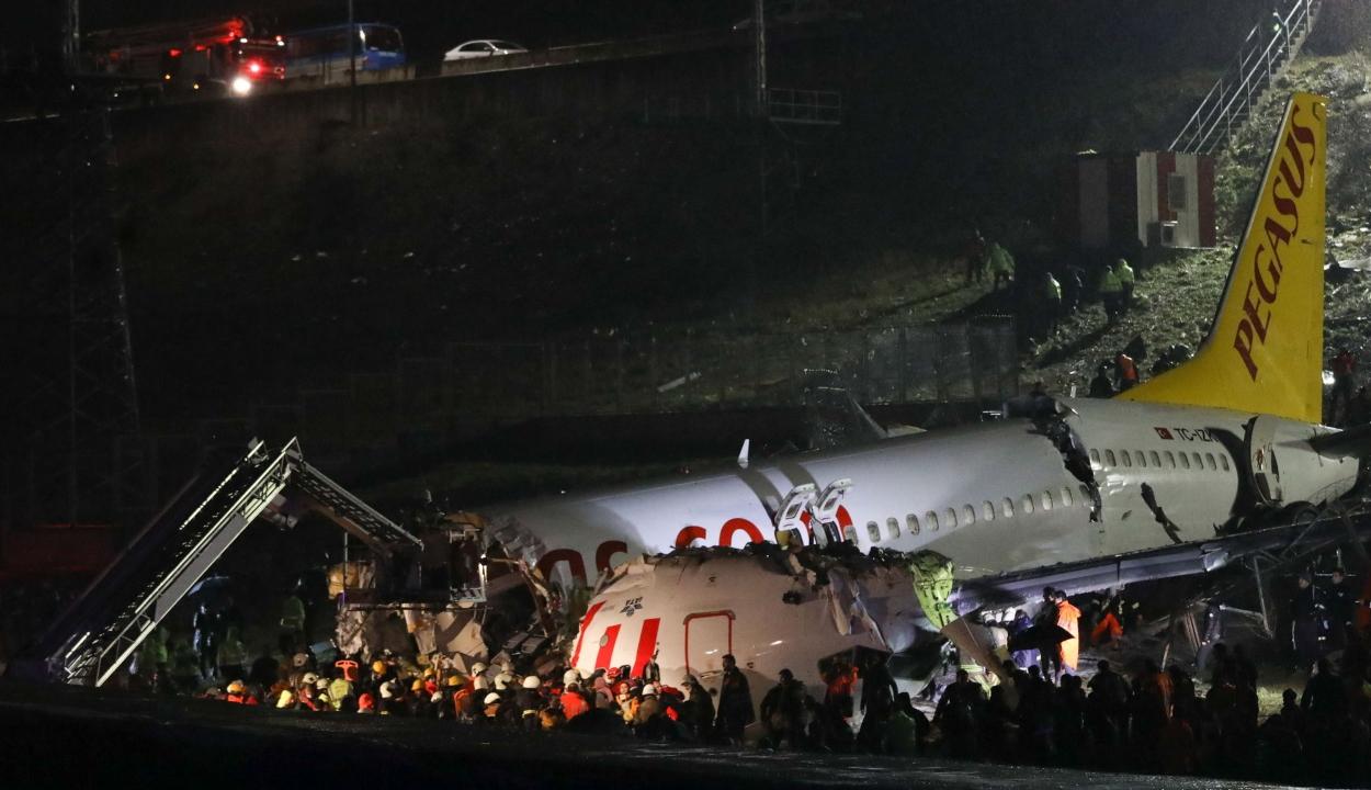 Túlfutott a leszállópályán és három darabra tört egy repülőgép Isztambulban