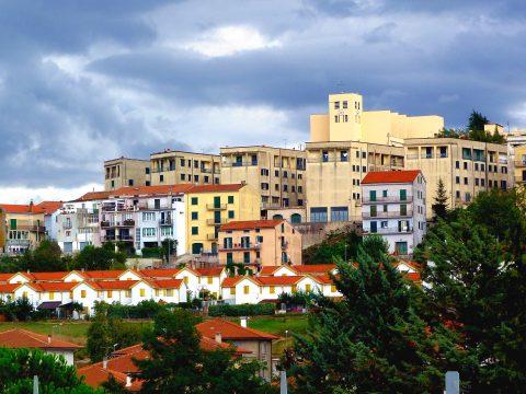 Egy olasz kisvárosban sokat fizetnek a betelepülőknek