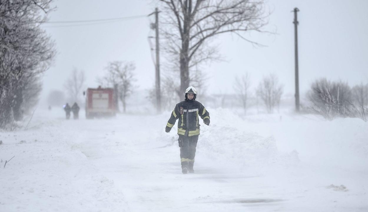 FRISSÍTVE: 16 megyében okozott károkat a viharos időjárás, 180 településen nincs áram