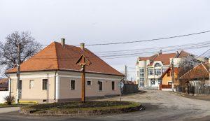 A tavaly felújították a plébánia épületét (balról), a művelődési központ konyháját korszerűsítették, pályáztak a biomasszás fűtőrendszerre