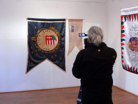 Történelmi zászlósor