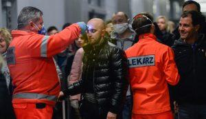 A lengyel egészségügyi munkások krakkói nemzetközi reptérre érkezők lázát mérik  Fotó: Omar Marques/Getty Images