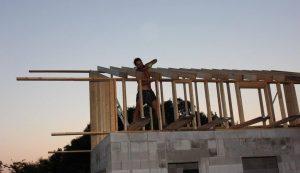Önerőből, saját kezűleg építette fel házát, néhány barátja segítségével