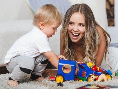 A kisgyerekes családok támogatást kaphatnak a bébiszitter fizetésének biztosítására