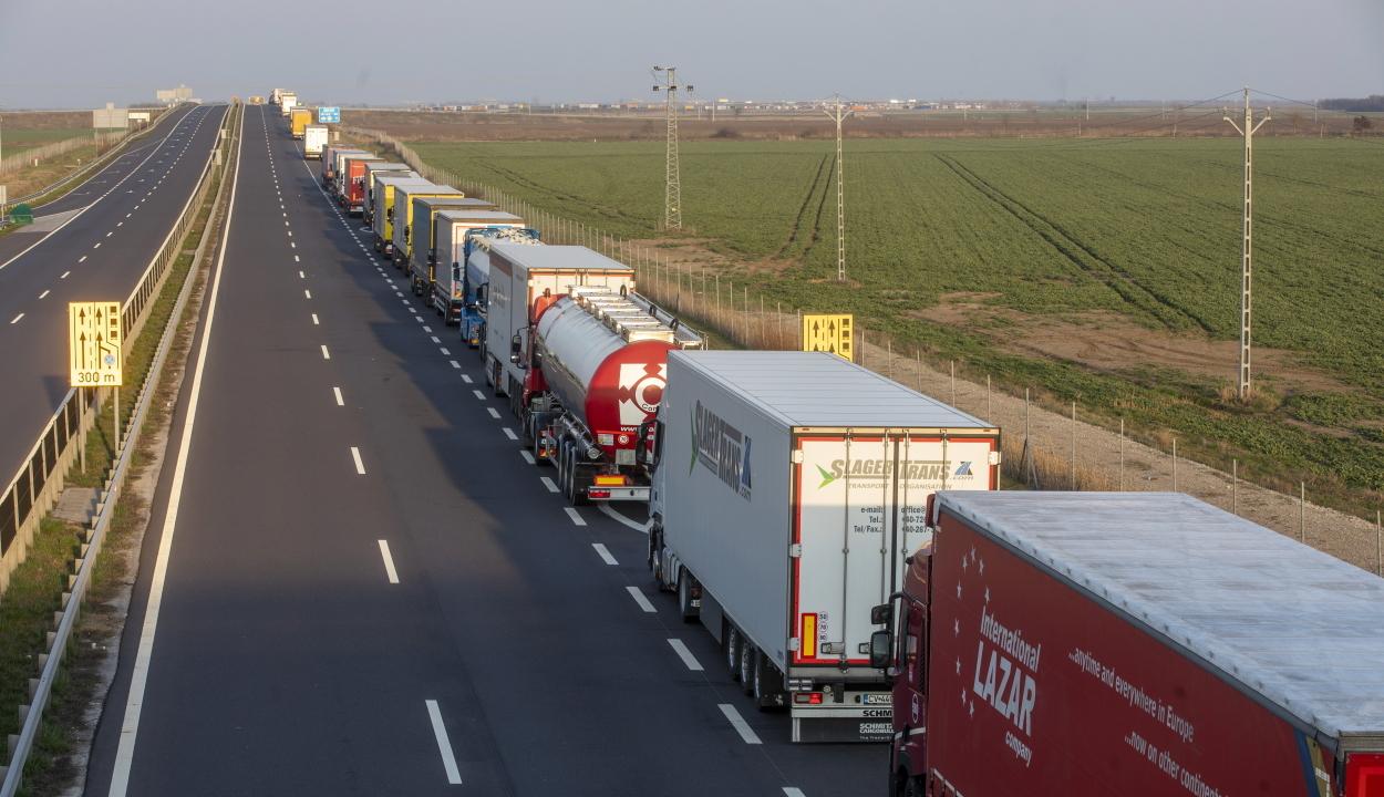 Több száz tehergépkocsi várakozik a román-magyar határon a tüzetesebb határellenőrzés miatt