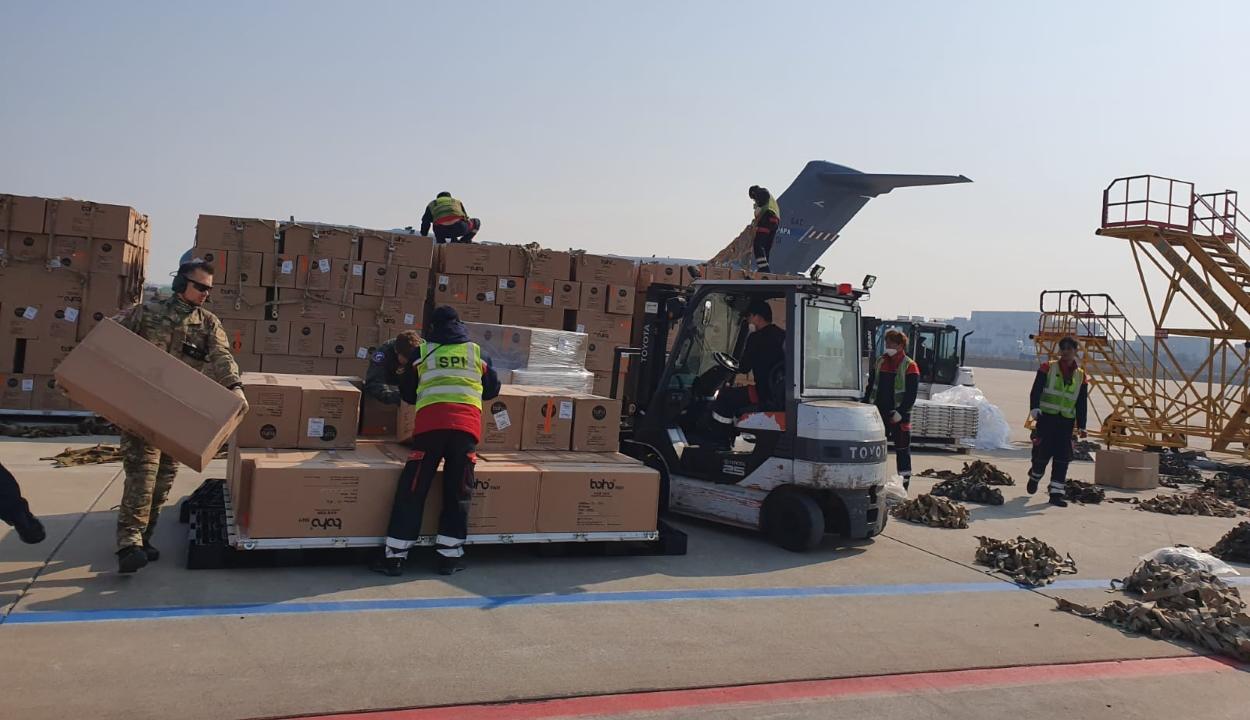 Százezer védőruhát szállító repülőgép érkezettt Dél-Koreából Romániába