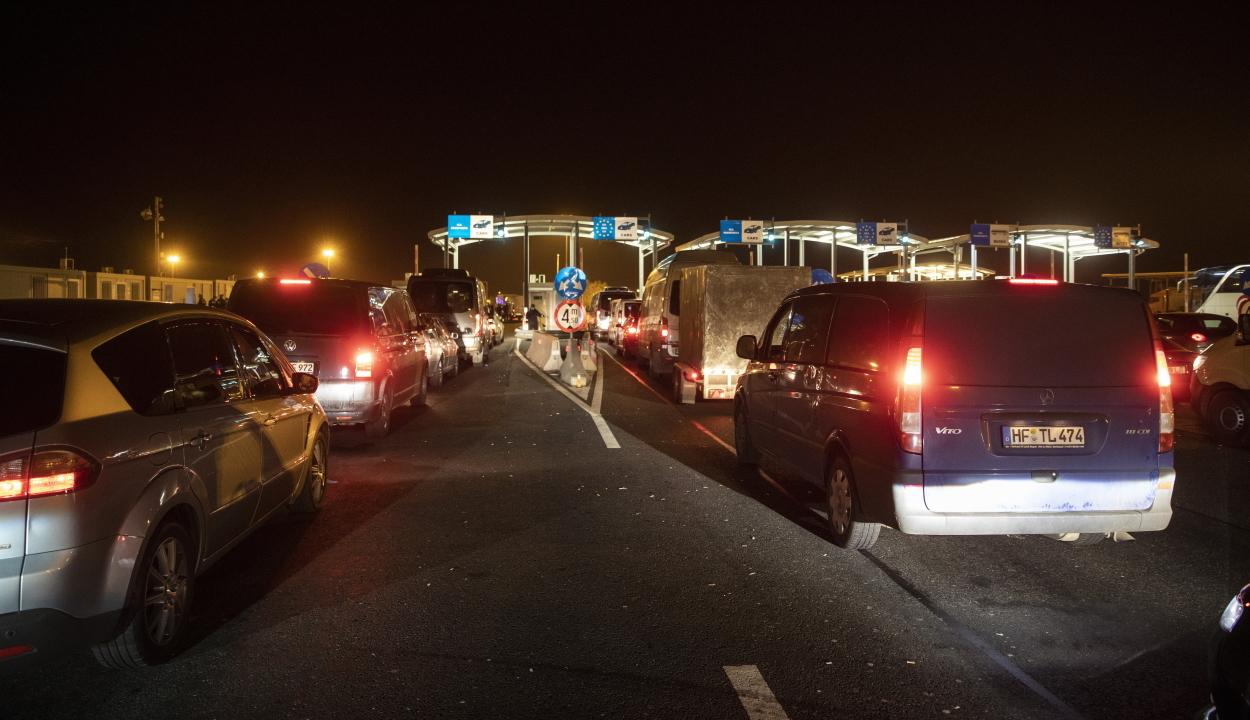 Maximális kapacitáson folyik a határellenőrzés a nagylaki autópálya-határátkelőnél
