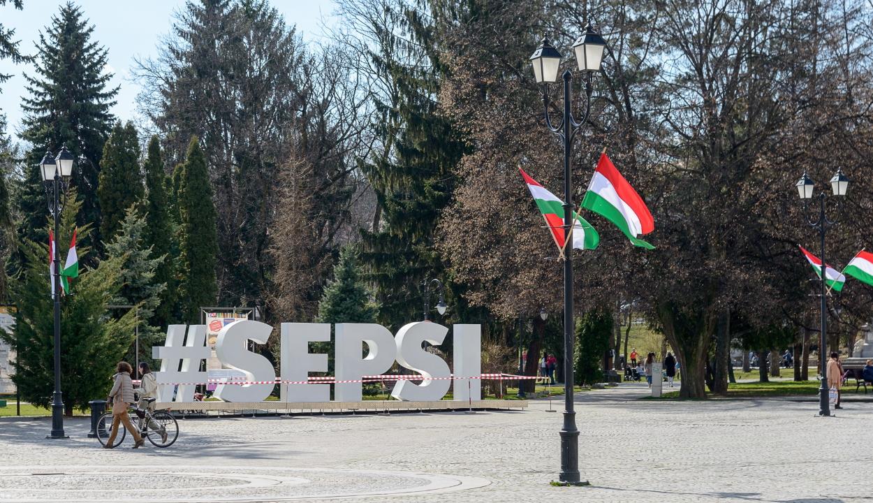 Ismét bírságolt a Kovászna megyei prefektus a március 15-én kitűzött magyar zászlókért