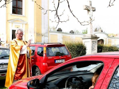 Autós miséket tart egy magyarországi község plébánosa