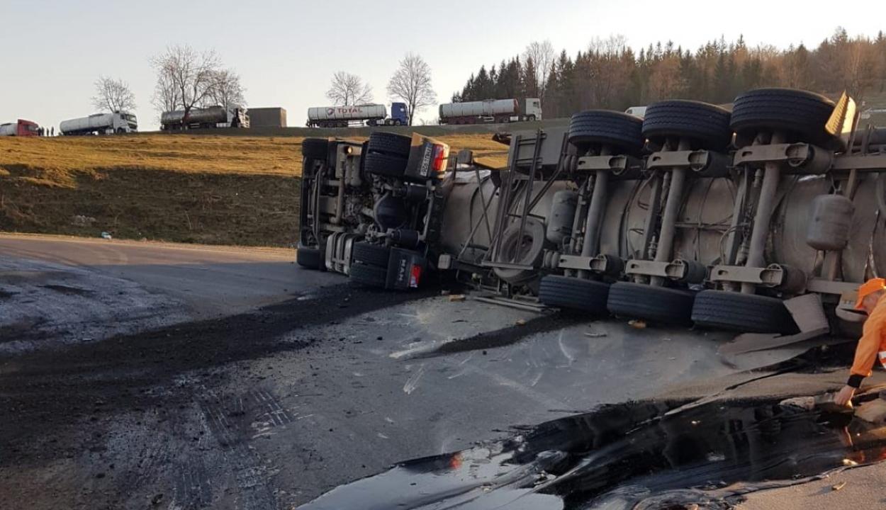 Felborult egy bitument szállító teherautó Ojtoz közelében