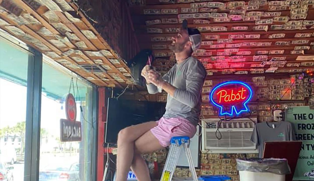 Egy bártulajdonos 15 évnyi borravalót osztott szét alkalmazottai között