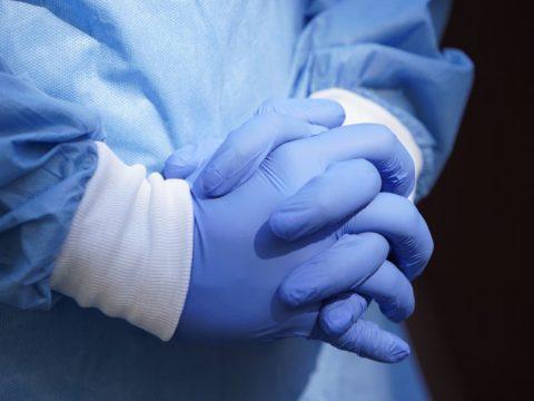 Eddig hat egészségügyi alkalmazott vesztette életét koronavírusban