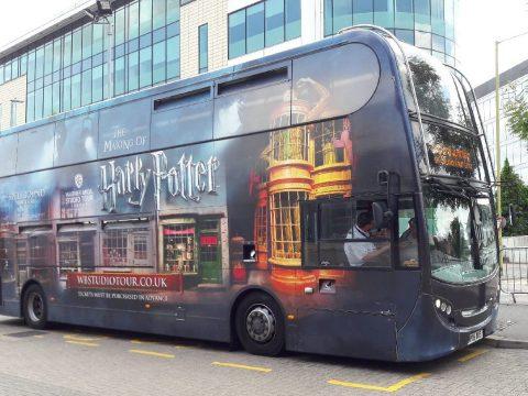 Harry Potter-buszokkal szállítják ingyen egy angol kórház dolgozóit