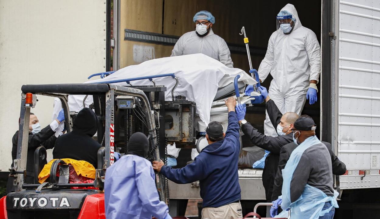 Hűtőkonténerekbe rakják a koronavírus halálos áldozatait New Yorkban