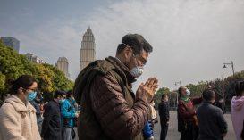 Kínában a járvány halálos áldozataira emlékeztek