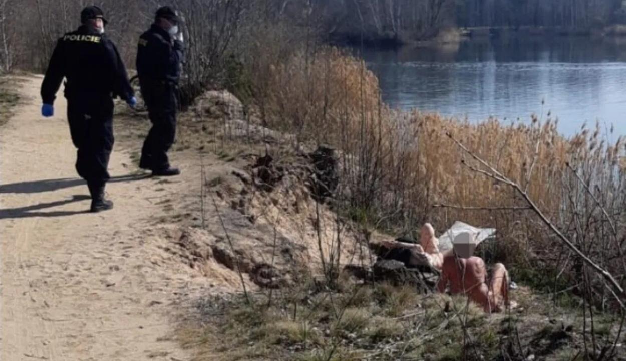 Több tucat nudistát köteleztek maszkviselésre Csehországban