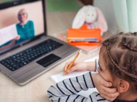 Tanfelügyelőség: 1.800 diák nem tud bekapcsolódni az online oktatásba