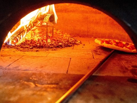 Pizzafutár miatt került hetvenkét család karanténba Indiában
