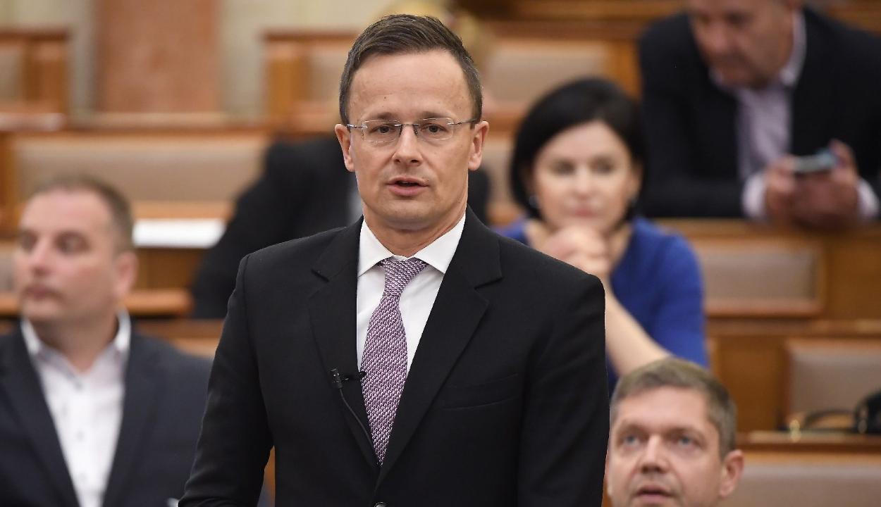 Szijjártó Johannisnak: adjon több tiszteletet a magyaroknak!