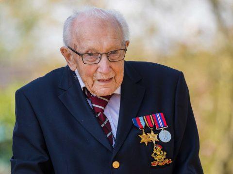 Több mint 25 millió fontot gyűjtött a brit egészségügy számára a 99 éves veterán