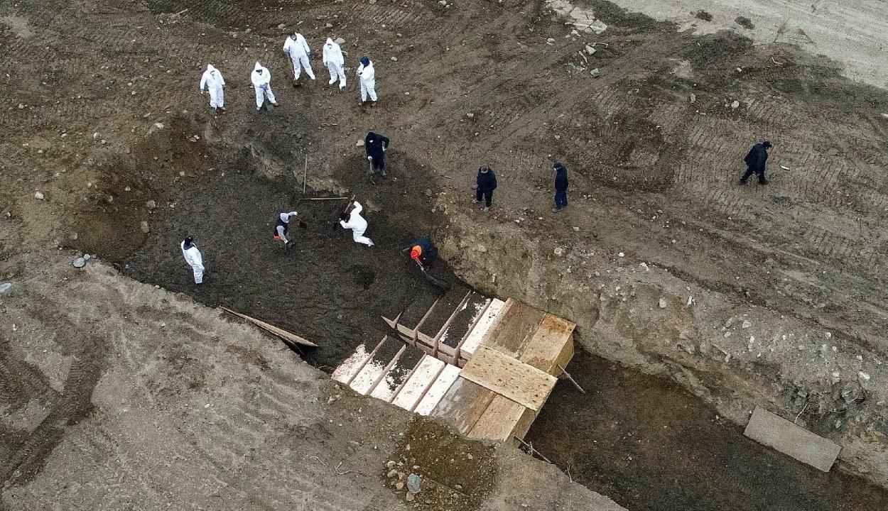 Tömegsírokba temetik a halottakat New Yorkban