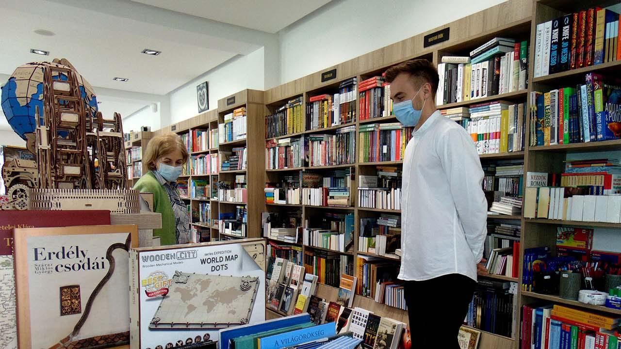 Az üzletekben újra megjelentek az olvasók