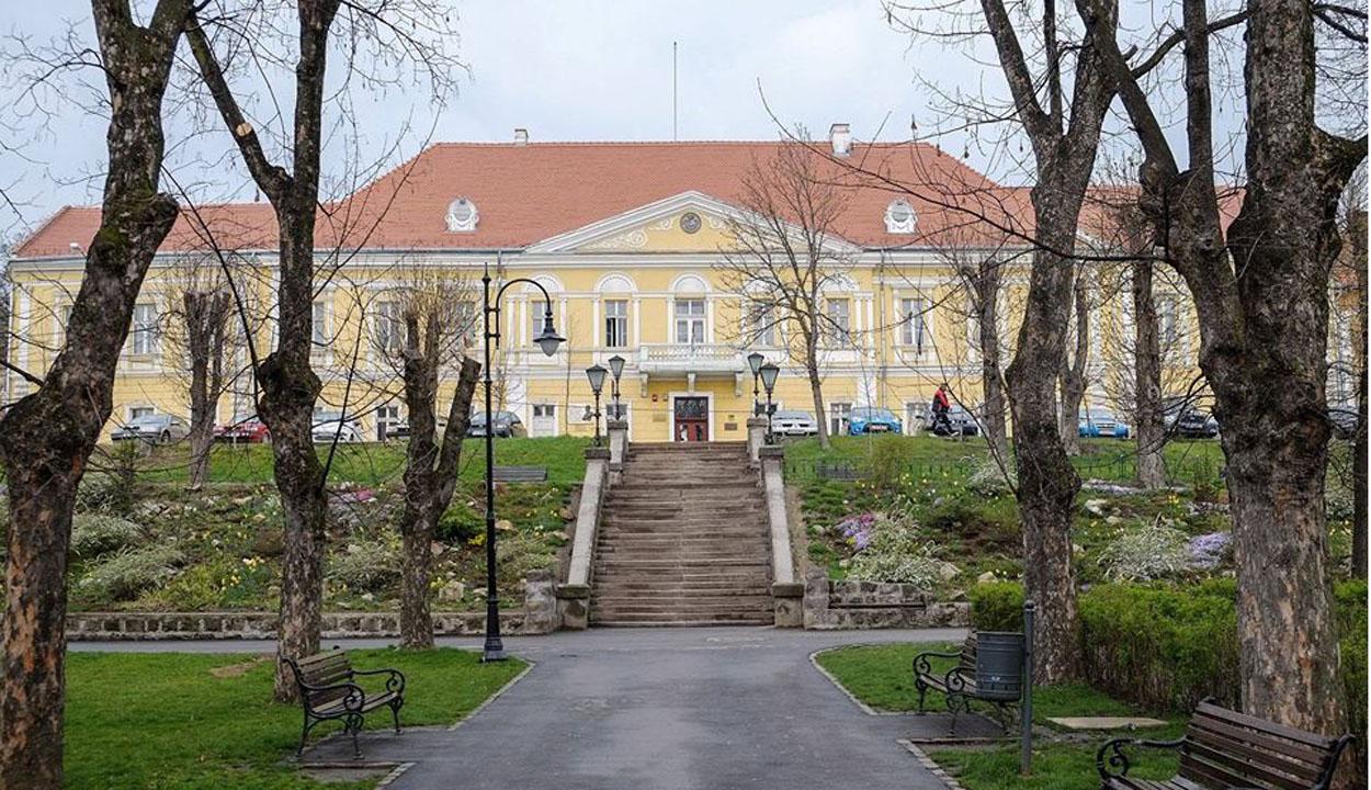 Nyit a megyei könyvtár