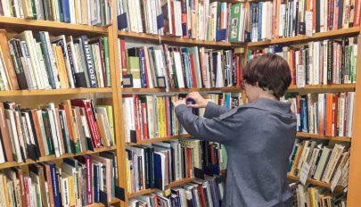 Könyvtár szükségállapotban
